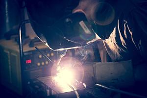员工用TIG焊机焊接铝。