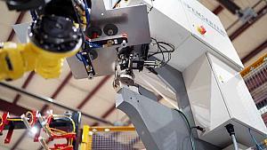 机器人将硬件插入金属板